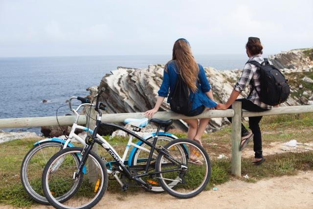 サイクリングの合間に景色を堪能するサイクリスト
