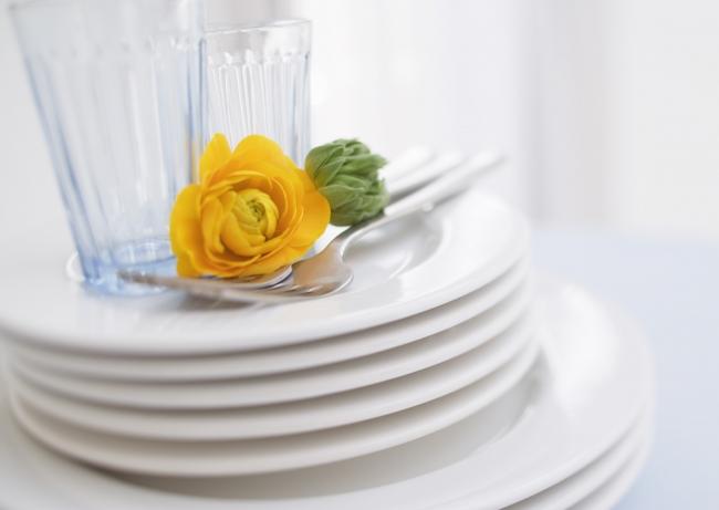食器とバラ