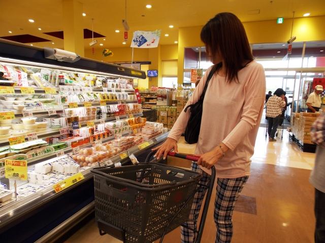 スーパーマーケットの総菜コーナーにいる女性