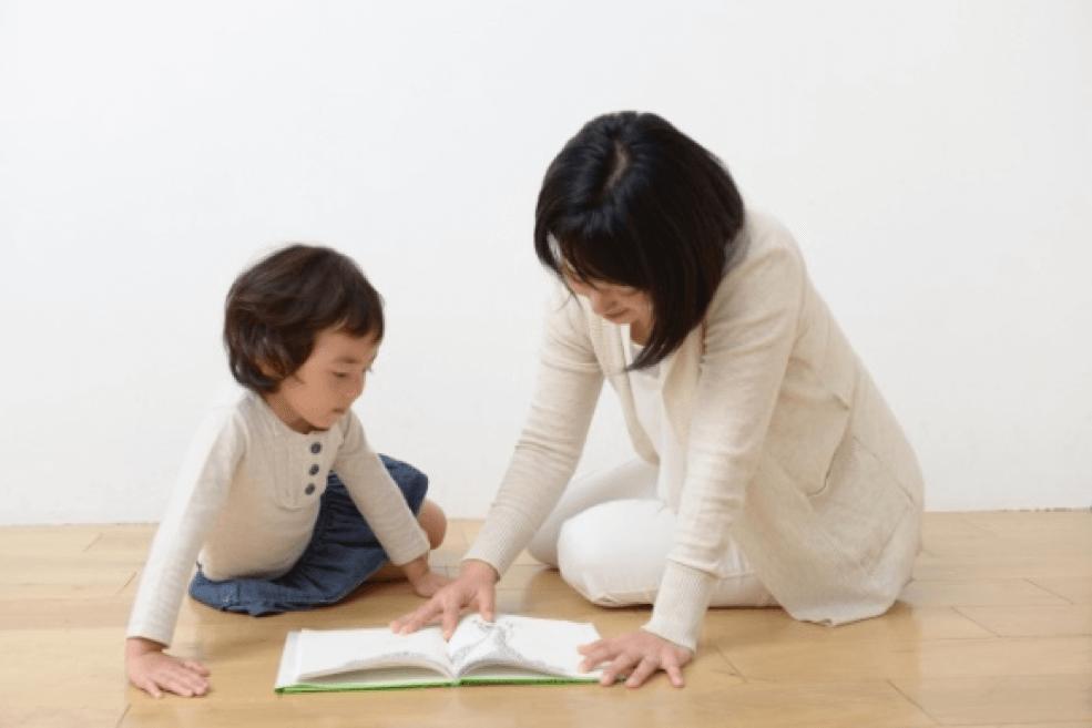 子供に読み聞かせする女性