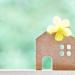 紙の家に黄色い花