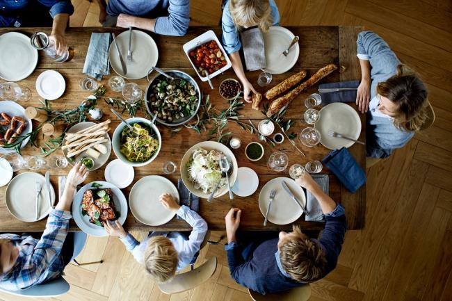 家族や友人と食事を楽しむ