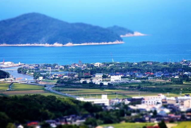 海や山、自然に囲まれた田舎の風景