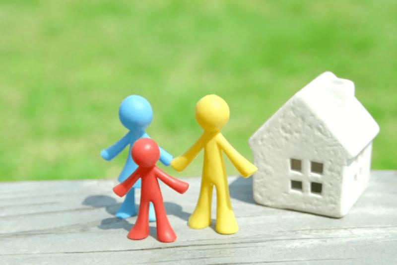 赤青黄の人形と白い家のフィギュア