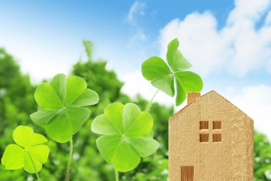 家のフィギュアと四つ葉のクローバー