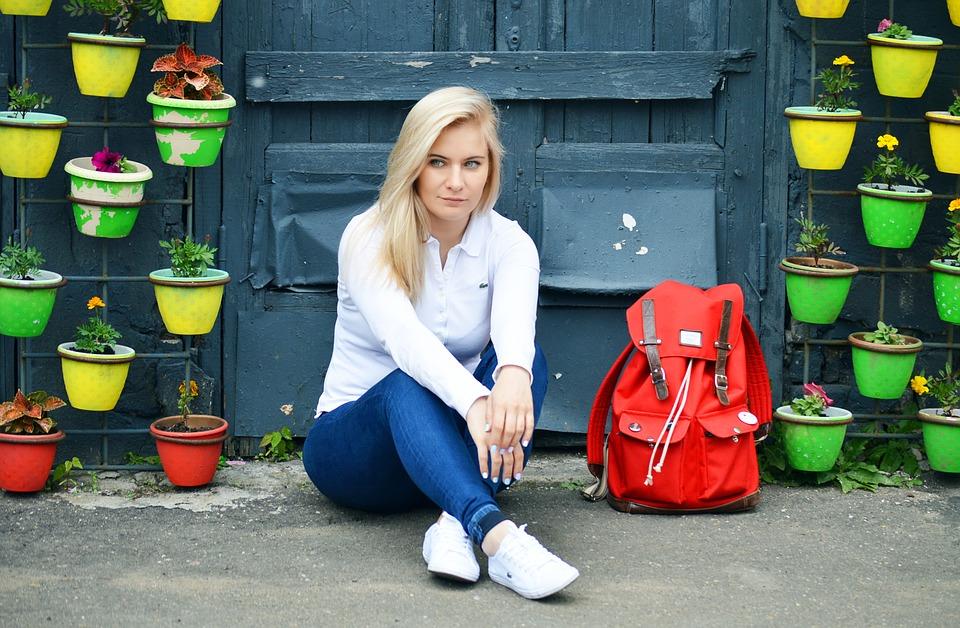 バッグについて考える女性