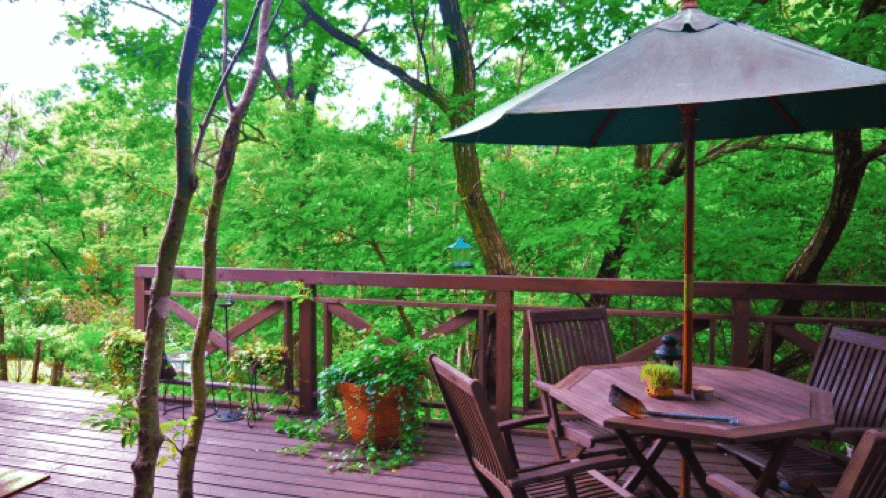 森の中のウッドデッキテラス