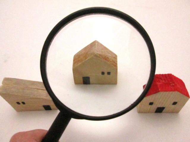 虫眼鏡で家の模型を拡大