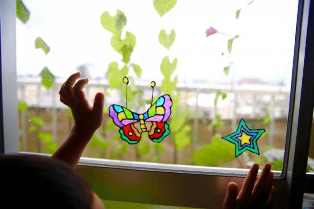 蝶と星が貼ってある窓ガラス