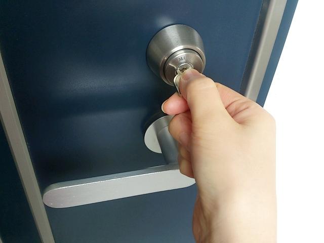玄関の鍵を締める