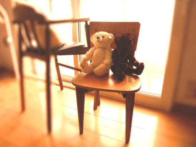 椅子の上にクマのぬいぐるみ2つ