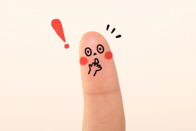 指に驚いた顔の落書き