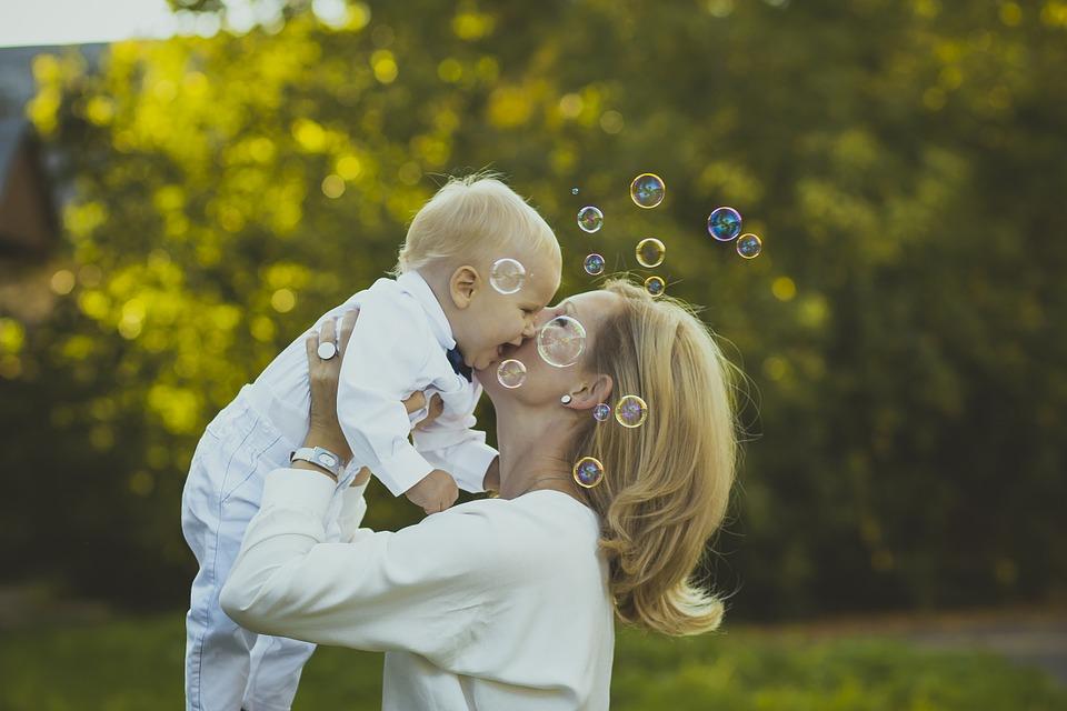 子どもも抱き上げる母親
