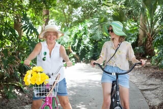 自転車の女性たち