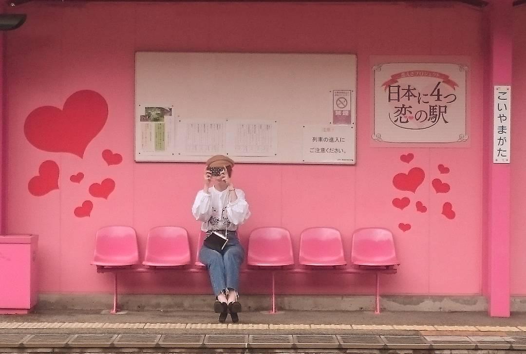 ピンク色恋山形駅の風景
