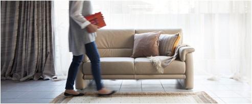 ソファでリラックスタイムを過ごす女性