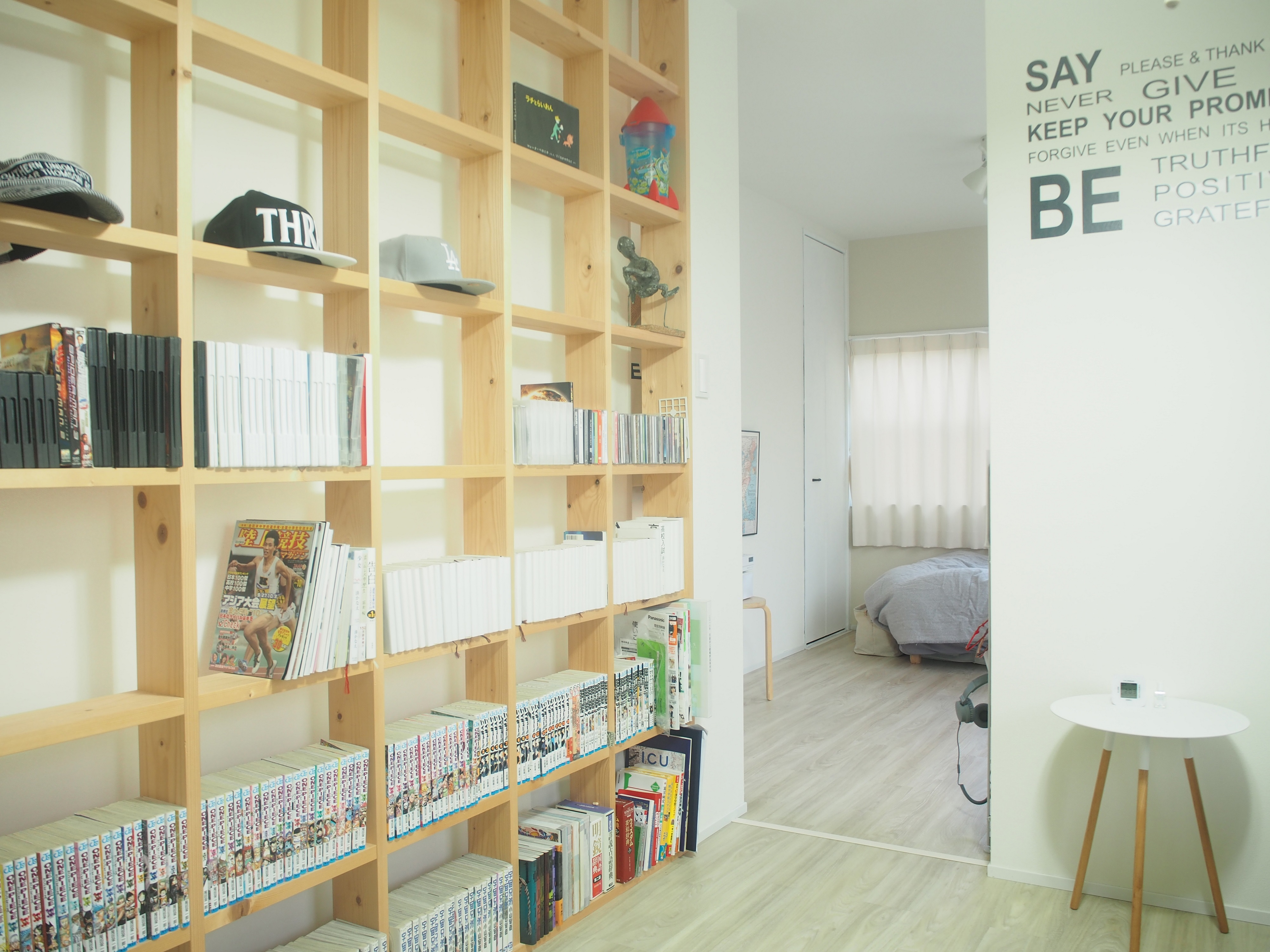 壁面を利用した大容量収納棚で部屋がすっきり