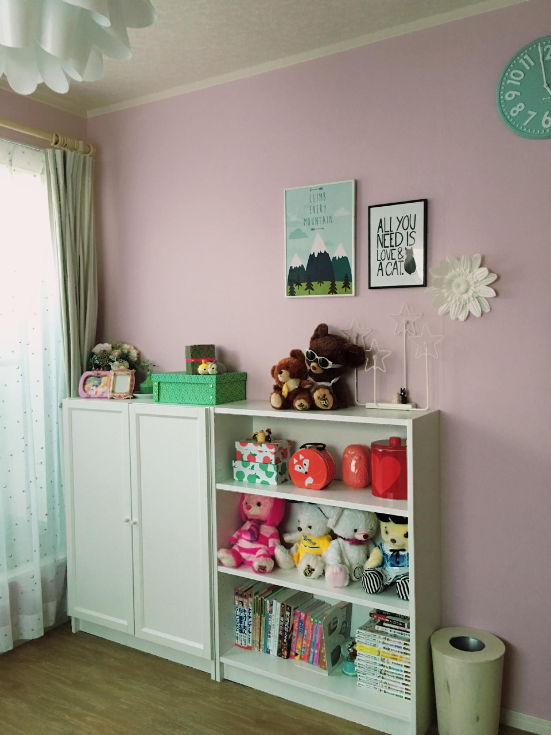 ピンクの壁がポイントのキュートな子ども部屋