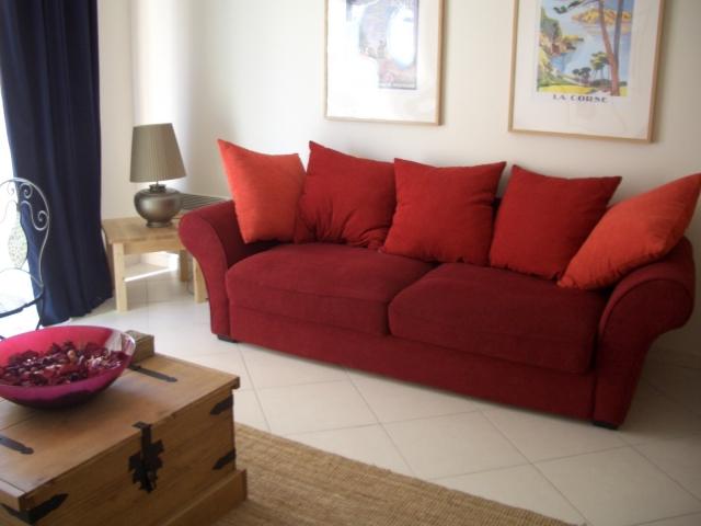 赤いソファのリビング