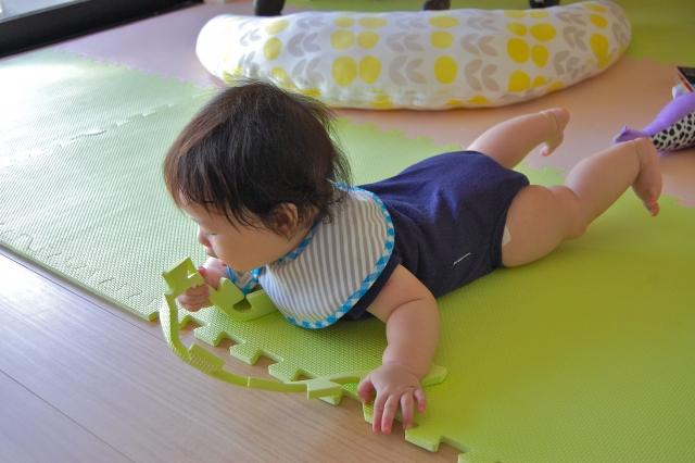 ジョイントマットの上をハイハイする赤ちゃん