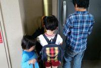 玄関前で開錠を待つ子どもたち