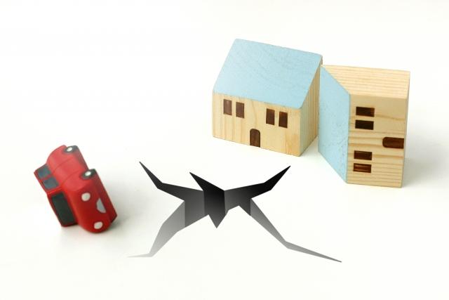 地割れと倒壊した家と転倒した車