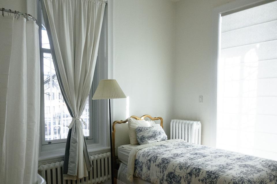 大きな窓のある寝室