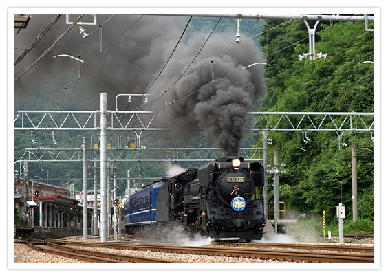 煙を出しながら走る機関車