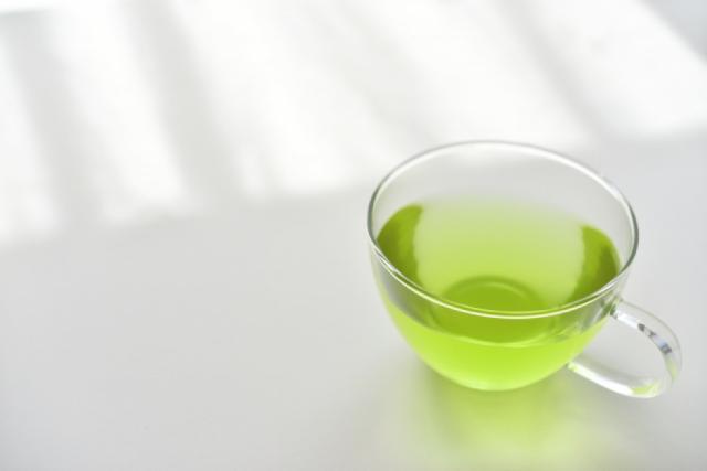透明のカップに入った緑茶