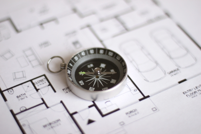 間取り図と方位磁石