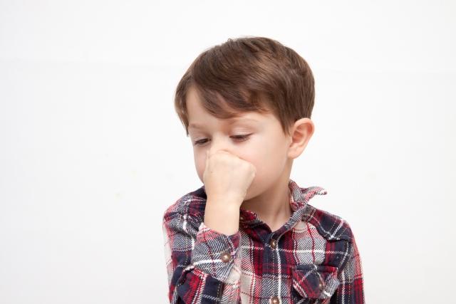 思わず鼻をつまむ子供