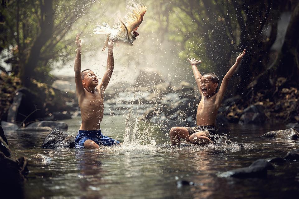 川ではしゃぐ男の子たち