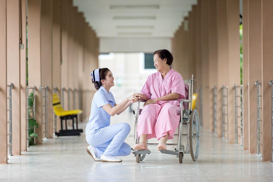 看護師と車いすに乗った高齢者