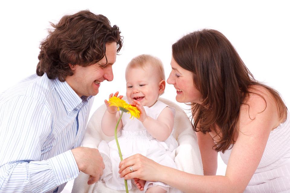 笑顔いっぱいのパパとママとあかちゃん