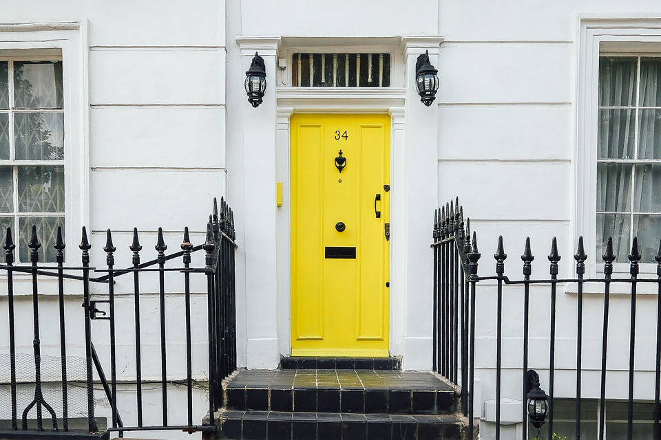 黄色い扉の玄関