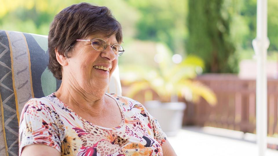 眼鏡をかけた笑顔のシニア女性