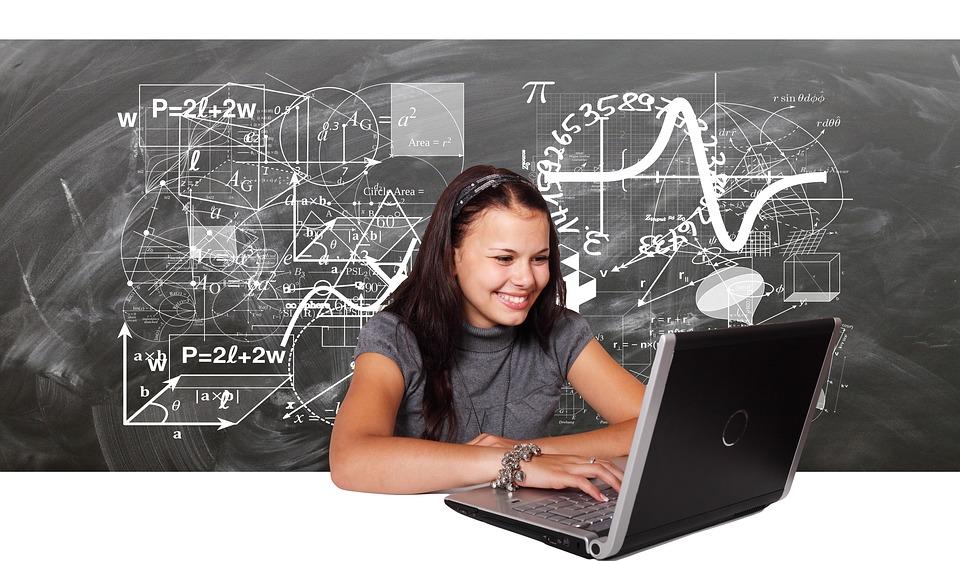 パソコンで勉強する女子学生