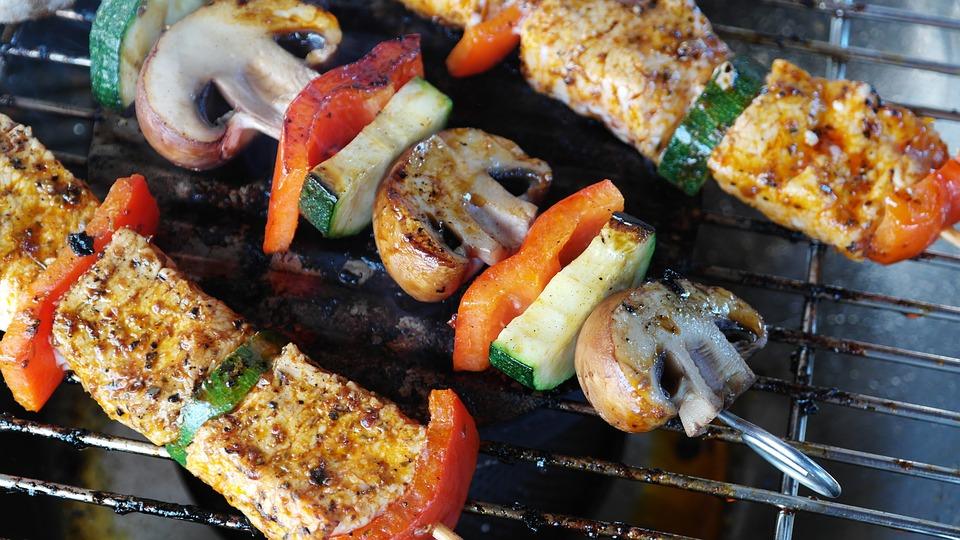 肉、野菜、キノコの串焼き