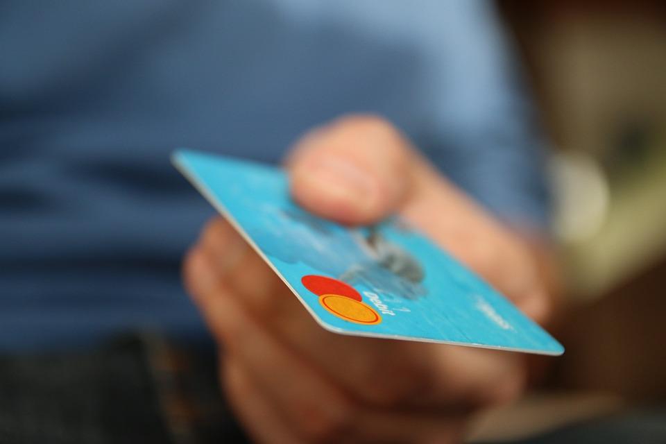 クレジットカードで支払う男性