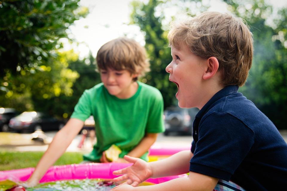 外で楽しく遊ぶ子供