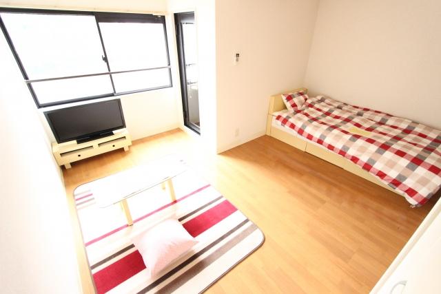 必要最低限の家具と家電が揃った部屋