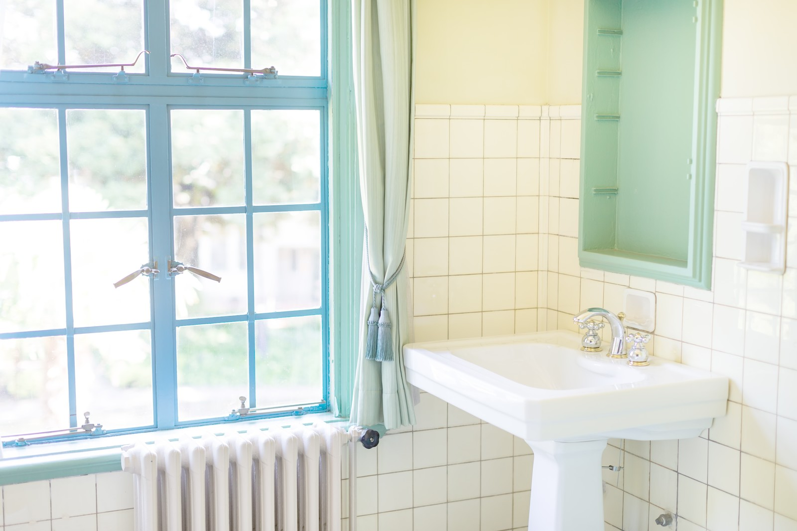 すっきりしたパステルカラーの洗面所