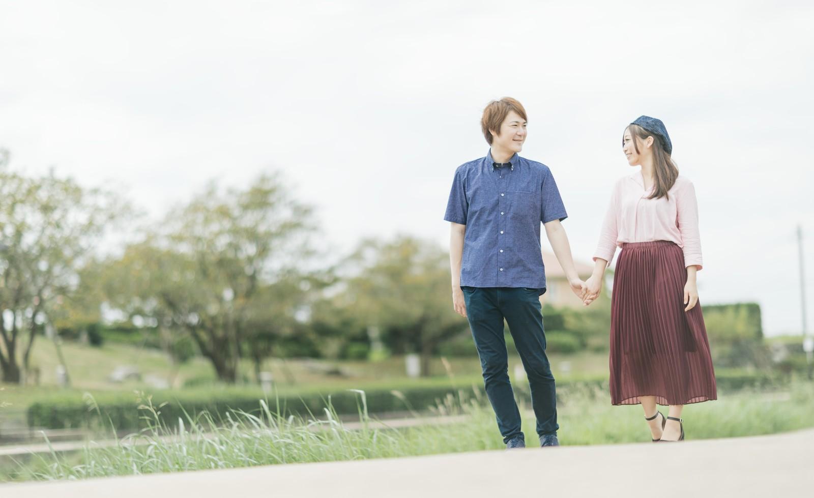 手をつないで散歩する夫婦