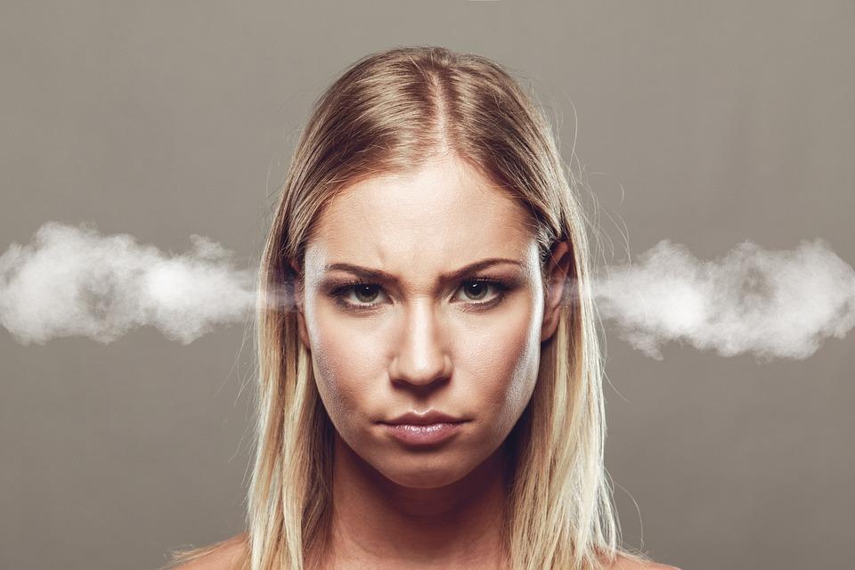 耳から煙を出す女性