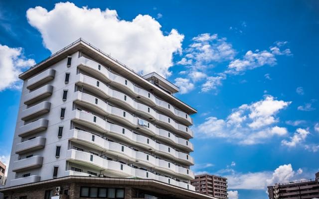 青空にそびえ立つマンション