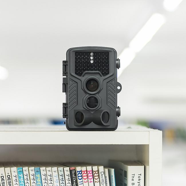 本棚の上に置かれた防犯カメラ