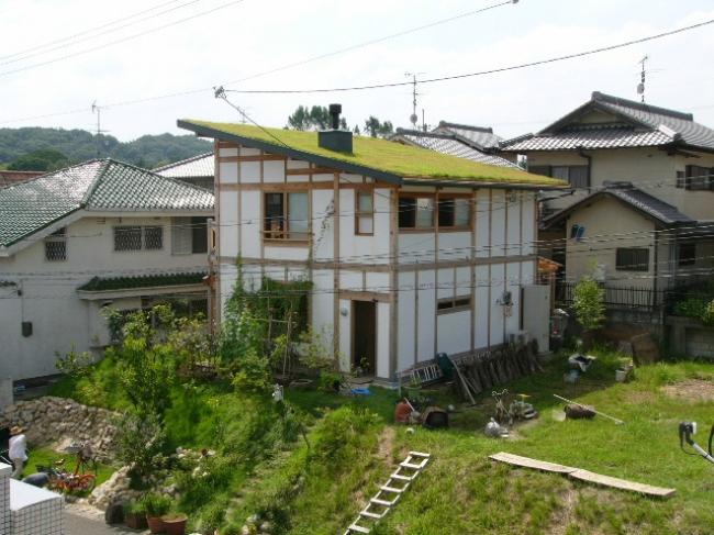 土壁と草屋根の家