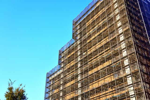 大規模修繕中の足場を組まれたマンション