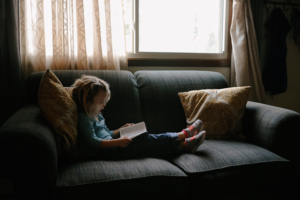 窓辺で読書をする子ども