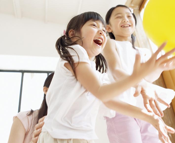 風船で遊ぶ子ども達